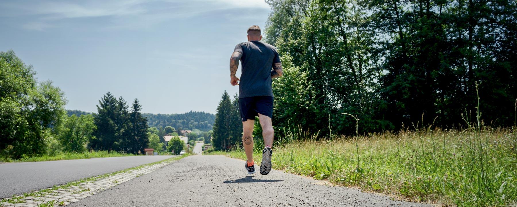 Sportquelle Feldbach by Mario Schabler, Mann kauft Laufschuh mit Laufanaylse